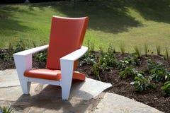 Ein netter Stuhl des modernen Designs draußen Stockbild