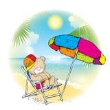 Ein netter Teddybär in einer Kappe ein Sonnenbad nehmend in einem Liege unter einem mehrfarbigen Regenschirm Rest nahe dem Meer V stock abbildung