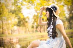 Ein nettes asiatisches thailändisches Mädchen schaut im Himmel mit Hoffnung im natura stockfotos