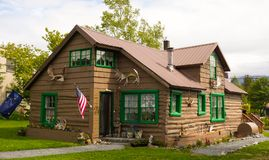 Ein nettes Blockhaus in Alaska Stockbilder