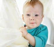 Ein nettes einjähriges Baby betrachtet die Kamera Lizenzfreies Stockfoto