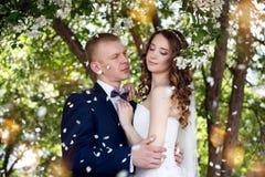 Ein nettes junges Hochzeitspaar lizenzfreies stockbild