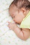 Kleines schlafendes Baby Stockfoto