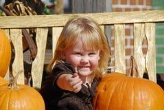 Ein nettes kleines Mädchen an der Kürbis-Änderung am Objektprogramm Stockbilder