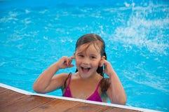 Ein nettes kleines Mädchen im Pool Stockbild