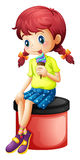 Ein nettes kleines Mädchen, das Eiscreme isst Stockbilder