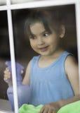 Nettes Kleinkind-Reinigungs-Fenster stockbilder