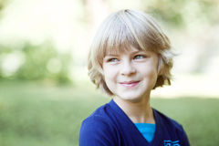 Ein nettes Lächeln des kleinen Jungen Stockfotografie