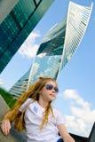 Ein nettes Mädchen in der Sonnenbrille und in den Wolkenkratzern Stockbild