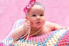 Ein nettes neugeborenes Babyschlafen Süßes kleines Babyporträt Benutzen Sie das Foto, um das Leben, parenting oder Kindheit darzu Stockfoto