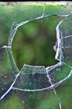 Ein Netz in einem defekten Glas von Fenster Stockfotografie