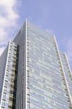 Ein Neubau mit blauem Himmel im Hintergrund Stockbild