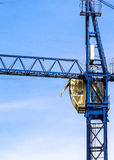 Ein Neubau wird mit Gebrauch des Turmkrans gebaut Stockfotografie