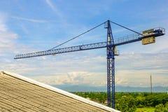 Ein Neubau wird mit Gebrauch des Turmkrans gebaut Stockfotos