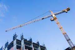 Ein Neubau wird mit Gebrauch des Turmkrans gebaut kranbalken Stockbild