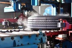 Ein neuer Gummireifen im Produktionszweig Stockbilder