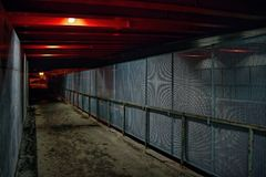 Ein neues Geländer mit einer Sperre unter der wieder aufgebauten Brücke in der Celakovskeho-Straße in Chomutov-Stadt in der Nacht Lizenzfreie Stockfotografie