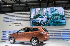 Ein neues MitsubishiOutlanderauto auf Bildschirmanzeige an der 82. internationalen Autoausstellung Genfs Stockbilder