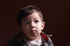 Ein neugieriges Anstarren des kleinen Jungen. Lizenzfreies Stockfoto