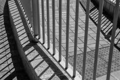 Ein neugieriges Bild des geometrischen Musters voll der parallelen Linien und der Quadrate stockfotos