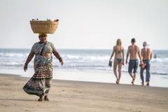 Ein nicht identifizierter Fruchtverkäufer auf dem Strand in Goa, Indien Lizenzfreies Stockbild