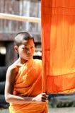 Ein nicht identifizierter junger Anfängermönch 12 Jahre alte Haltungen für ein phot Lizenzfreie Stockfotos