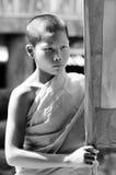 Ein nicht identifizierter junger Anfängermönch 12 Jahre alte Haltungen für ein phot Lizenzfreie Stockbilder