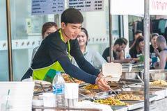 Ein nicht identifizierter Verkäufer, der traditionelles thailändisches Lebensmittel auf dem stre verkauft stockfotos