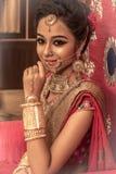 Ein nicht identifiziertes schönes junges indisches Modell lizenzfreies stockfoto