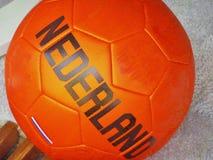 Ein niederländischer orange Fußball lizenzfreies stockfoto