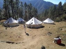 Ein niedriges Lager während des Abenteuerkurses an nims Bergsteigen stockfotografie