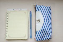 Ein Notizbuch und ein Bleistiftkasten lizenzfreie stockfotos
