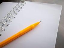 Ein Notizbuch und ein gelber Stift Lizenzfreies Stockbild