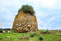 Ein nuraghe, die Hauptart des alten Gebäudes in Sardinien, Italien stockfotografie