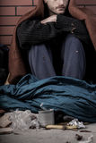 Ein obdachloser deprimierter Mann Stockbilder