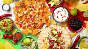 Ein obenliegendes Foto einer Zusammenstellung vieler verschiedenen mexikanischen Nahrungsmittel auf einer Tabelle stock video footage