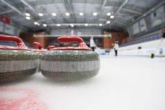 Ein Oberteil für das Winden auf Eis vor dem hintergrund des Spielens von Athleten Lizenzfreies Stockbild