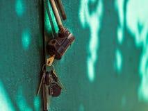 Ein offenes altes Vorhängeschloß mit Schlüsseln lizenzfreie stockfotos
