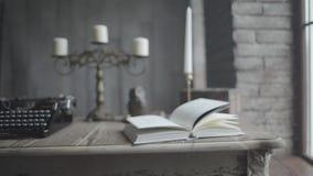 Ein offenes Buch auf dem Schreibtisch stock video footage
