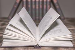 Ein offenes Buch auf dem Tisch lizenzfreie stockfotografie