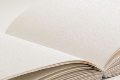 Ein offenes Buch mit Blindenschrift für Blinde Stockfotografie