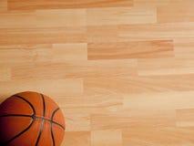 Ein offizieller orange Ball auf einem Basketballplatz Lizenzfreies Stockfoto