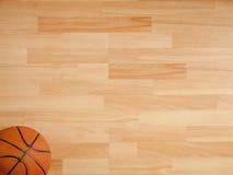 Ein offizieller orange Ball auf einem Basketballplatz Lizenzfreies Stockbild
