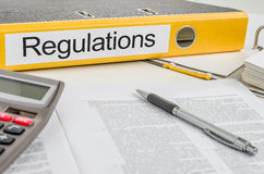 Ein Ordner mit den Aufkleber Regelungen Lizenzfreie Stockfotos