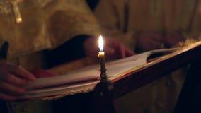 Ein orthodoxer Priester in der Kirche betet