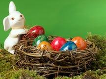 Ein Ostern-Nest mit einem Ostern-Hasen Lizenzfreies Stockfoto