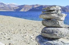 Ein Ovoo oder ein heiliger Stapel von Felsen am Pangong See in Ladakh im Staat von Jammu und Kashmir Lizenzfreie Stockbilder