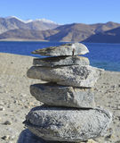 Ein Ovoo oder ein heiliger Stapel von Felsen am Pangong See in Ladakh im Staat von Jammu und Kashmir Stockbilder