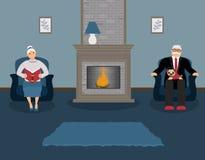 Ein paar ältere Menschen sitzen durch den Kamin in einem schönen gemütlichen blauen Wohnzimmer lizenzfreie abbildung