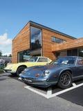 Ein Paar alte Lotus-Sportautos vor einem modernen Gebäude lizenzfreie stockfotos